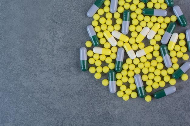 Pilules, comprimés et gélules pharmaceutiques assortis