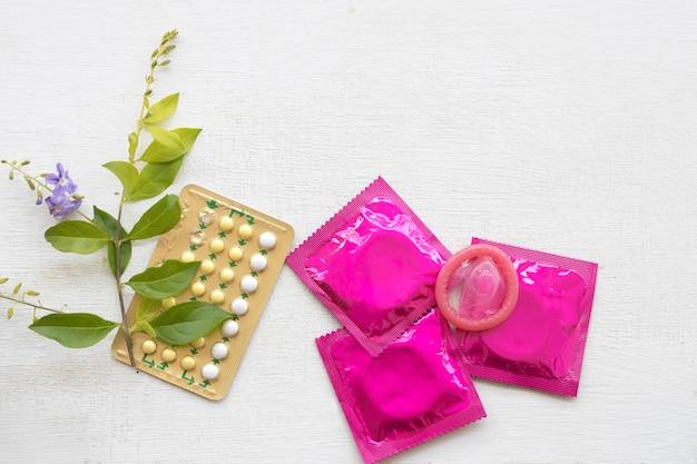 Pilules contraceptives de femme avec préservatif