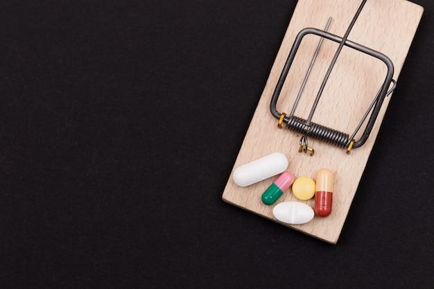 Pilules dans la dépendance pharmaceutique de piège à souris en bois