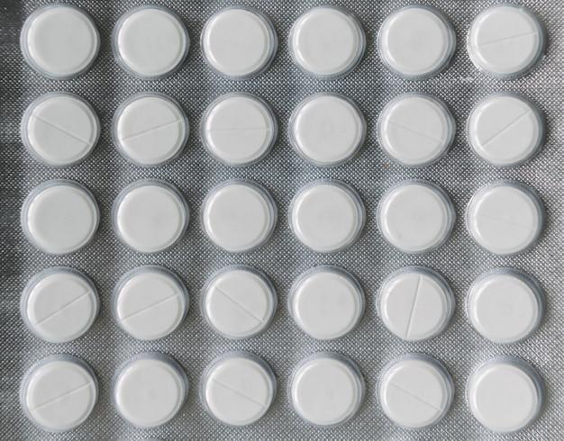 Pilules dans un emballage d'argent