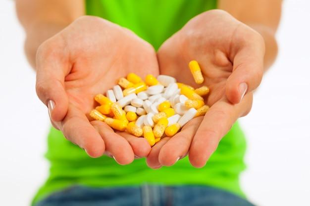 Pilules dans une main