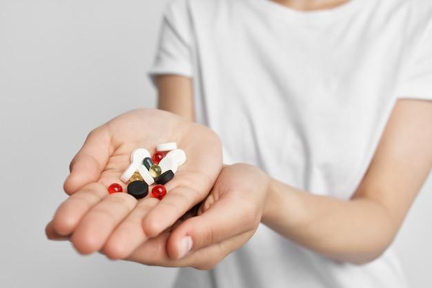 Pilules dans la paume de la main médecine médicaments analgésique santé