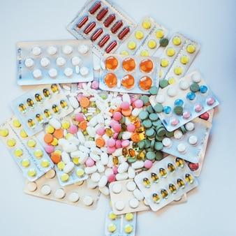 Des pilules de différentes couleurs se trouvent à la surface dans un emballage scellé