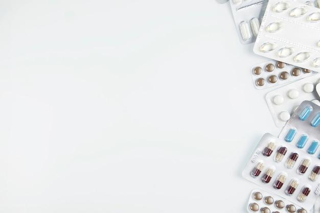 Pilules sur fond blanc avec un espace pour le texte. vue de dessus