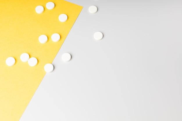 Pilules sur fond blanc et jaune