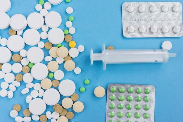 Pilules sur fond bleu