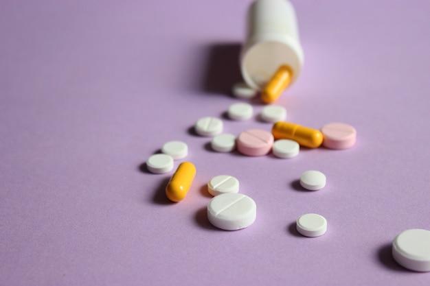 Pilules sur un fond coloré vue de dessus gros plan médicaments vitamines