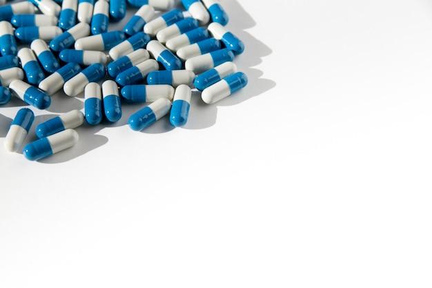 Pilules sur un fond isolé