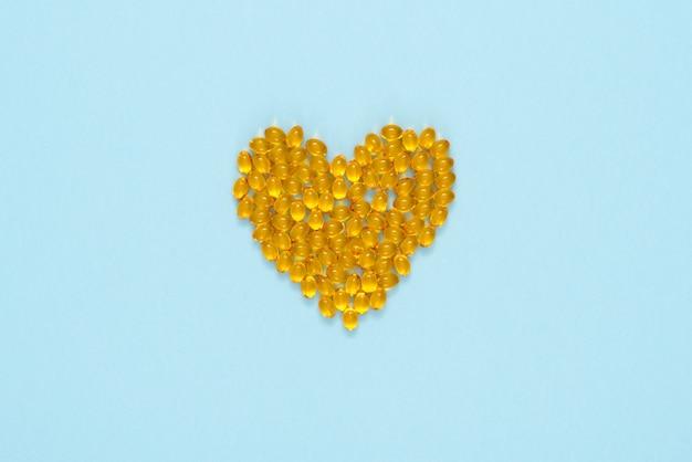 Pilules jaunes disposées en forme de coeur