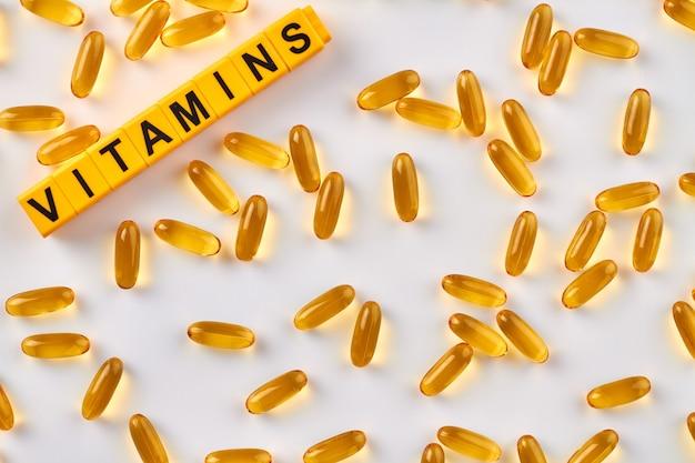 Pilules jaunes sur fond blanc.