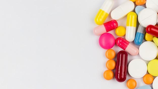 Pilules à jeter à plat avec copie-espace