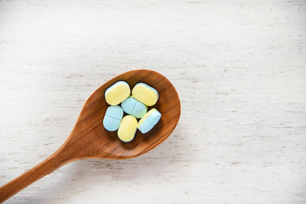 Pilules médecine, cuillère bois, sur, pharmacie bois blanche