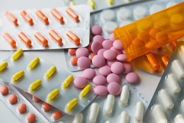Pilules de médecine dans des emballages.pilules sous blister, capsules et pilules emballées sous blisters