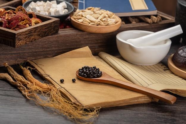 Pilules de médecine traditionnelle chinoise et livres médicaux