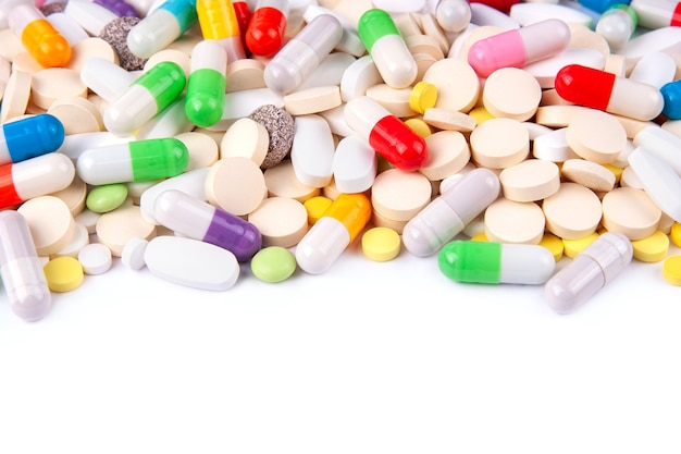Pilules médicales sur un arrière-plan blanc maquette