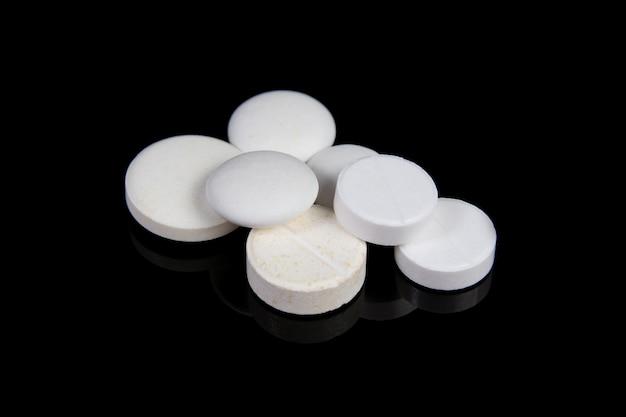 Pilules médicales blanches et antibiotiques sur tableau noir