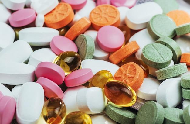 Pilules médicales colorées, capsules ou suppléments pour le traitement et les soins de santé sur fond clair