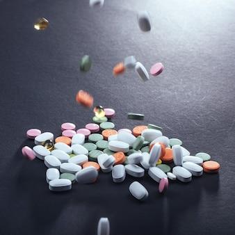 Pilules médicales colorées, capsules ou suppléments pour le traitement et les soins de santé sur fond noir