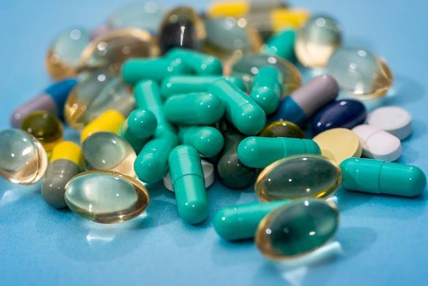 Pilules médicales isolées sur bleu