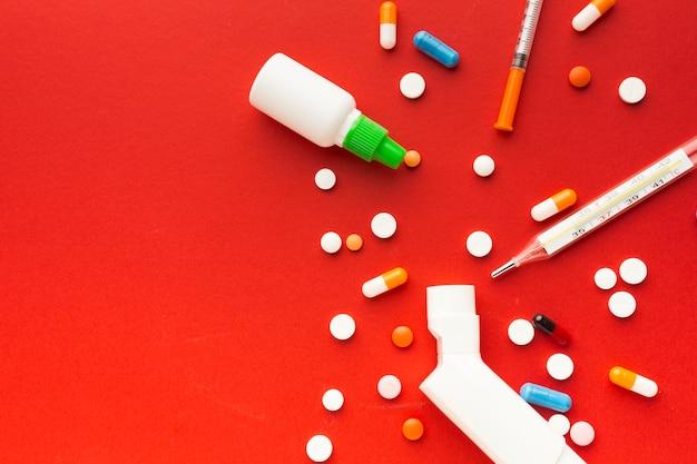 Pilules médicales et seringues vue de dessus