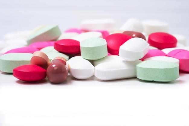 Pilules de médicaments colorés isolés sur fond blanc. concept de soins de santé.