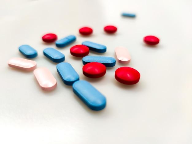 Pilules de médicaments colorés sur la table