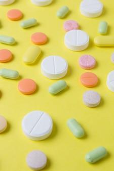 Pilules de médicaments, médicaments et antibiotiques sur fond jaune