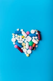 Pilules de médicaments pharmaceutiques assorties avec forme de coeur