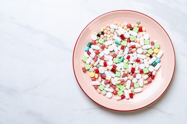 Pilules, médicaments, pharmacie, médecine ou médecine sur plaque