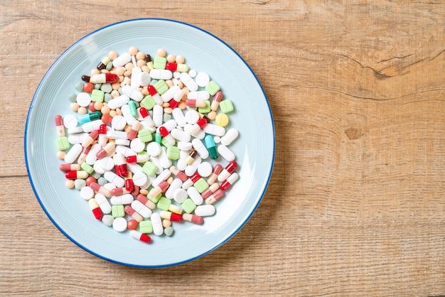 Pilules, médicaments, pharmacie, médecine ou médical sur plaque