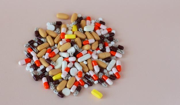 Pilules multicolores différentes