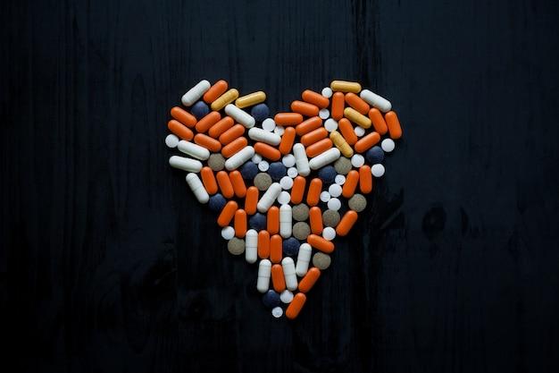 Pilules multicolores sur fond noir