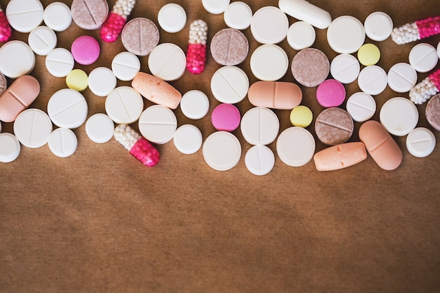 Pilules. de nombreux médicaments colorés.