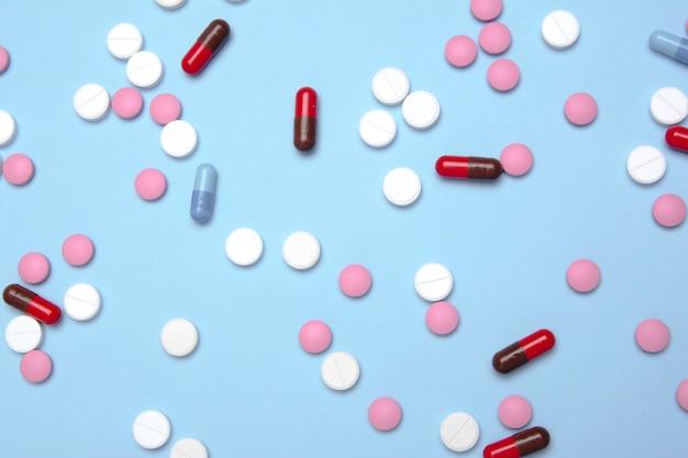 Pilules / pilules de médecine colorées et médicaments en gros plan / différents types de pilules multicolores / soins de santé / fond de pilules