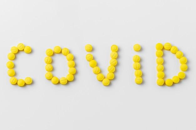 Pilules pour covid-19 sur fond blanc