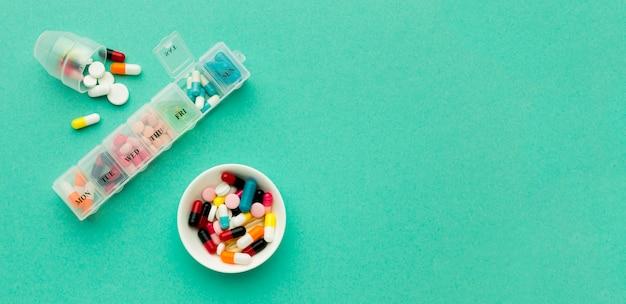 Pilules quotidiennes pour le traitement de la santé avec copie-espace