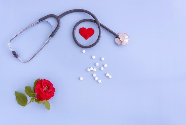 Pilules et rose de coeur de stéthoscope