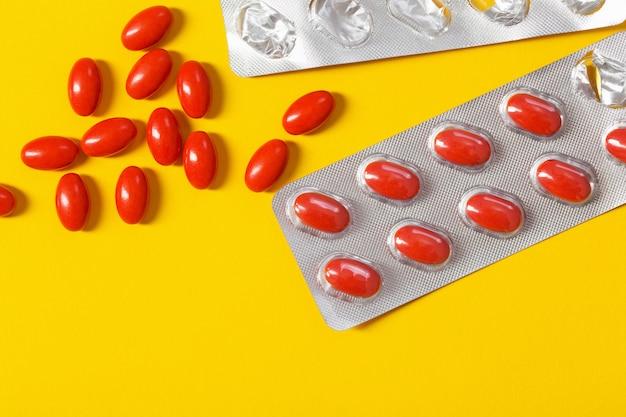 Pilules rouges sur fond jaune