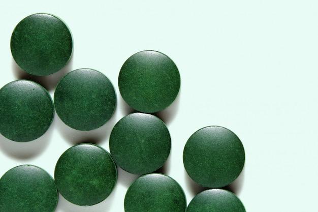 Pilules de spiruline, comprimés de complément alimentaire vert