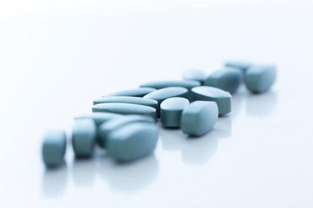 Pilules sur une surface blanche