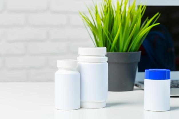 Pilules sur la table blanche