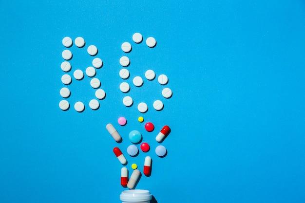 Pilules de vitamine b 6 sur fond bleu traitement spécial pour les personnes au régime
