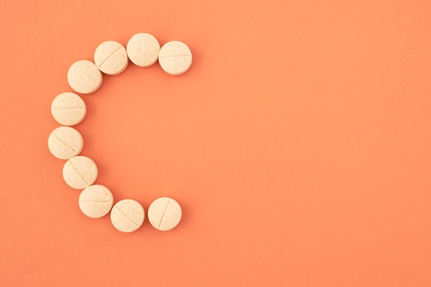 Pilules de vitamine c sur fond de couleur vue de dessus copyspace