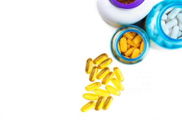 Pilules de vitamines et bouteilles en plastique - vue de dessus