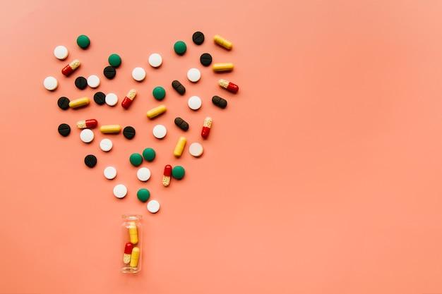 Pilules vue de dessus faisant un coeur