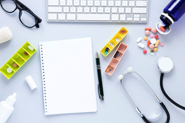 Piluliers vue de dessus avec des médicaments sur la table