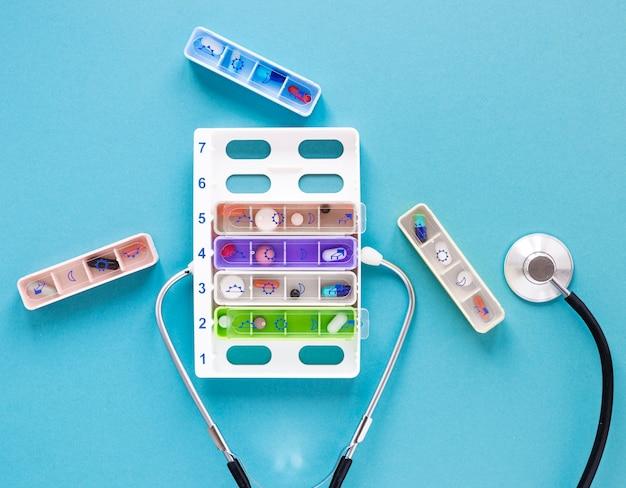 Piluliers vue de dessus avec stéthoscope sur la table