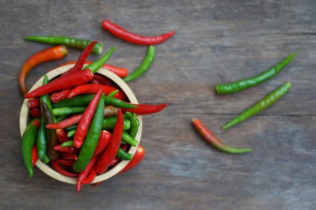 Piment chaud épicé frais coloré dans un bol d'aliments crus et d'ingrédients dans la cuisine pour le style de cuisine thaïlandaise