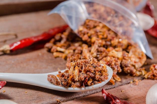 Piment de crevettes épicé sur cuillère