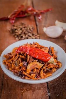 Piment de crevettes épicé sur plat blanc